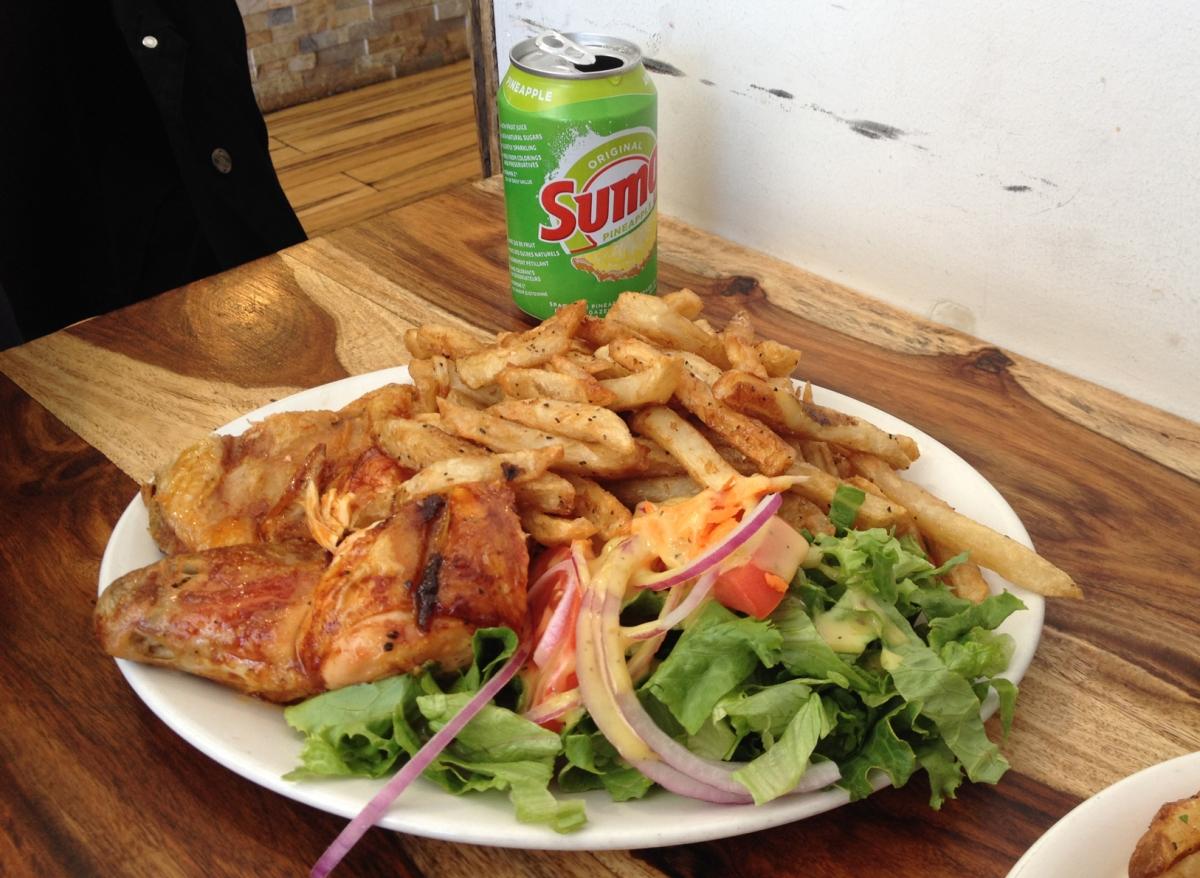 Ma poule mouillée: poulet grillé et poutine à la portugaise